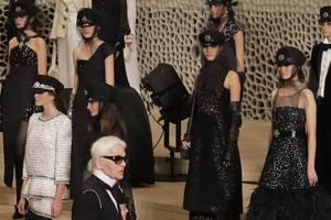 Bild von Karl Lagerfeld mit Chanel-Models